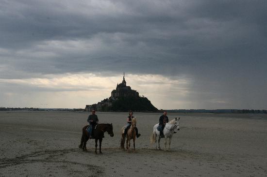 Centre equestre La Taniere: Riding across the Bay