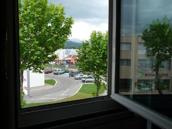 Ibis Aubenas: Blick aus dem Fenster zur Straße