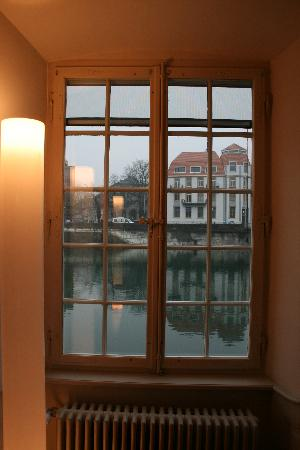 Solothurn, Suiza: view from corridor window. Aare River.