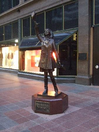 Residence Inn at The Depot: Mary Tyler Moore statue