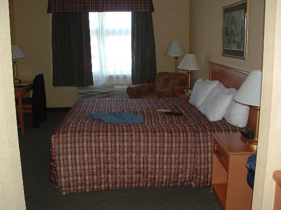Days Inn - Orillia: overall room from entrance