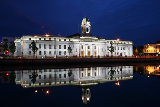 Κορκ, Ιρλανδία: Cork City Hall on a musummers night in June 08