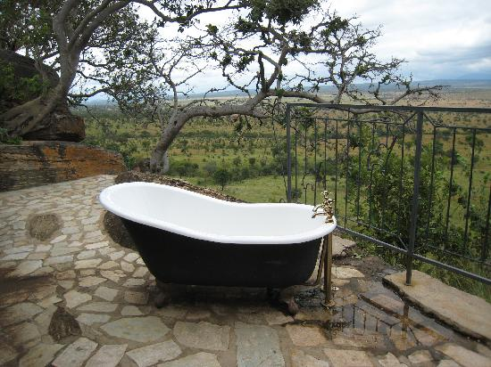 Boundary Hill Lodge: Outdoor tub in kid's cottage