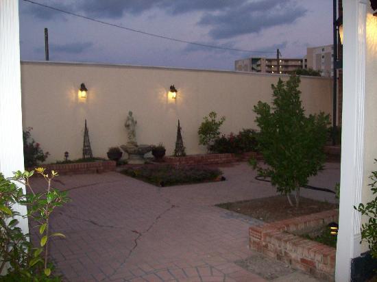 Edgewater Inn: Courtyard