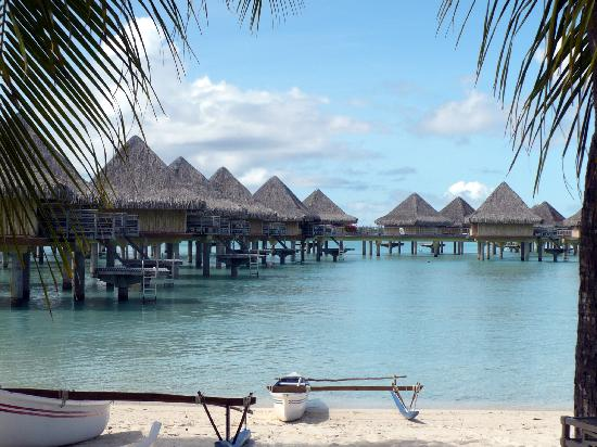 InterContinental Bora Bora Le Moana Resort: Overwater Bungalows near the beach