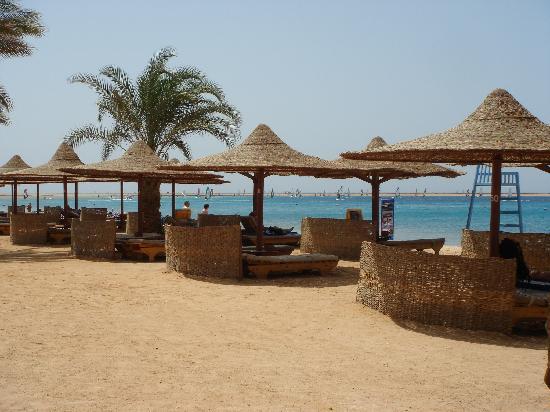 Ibis Styles Dahab Lagoon: reichlich bequeme Liegestühle vorhanden