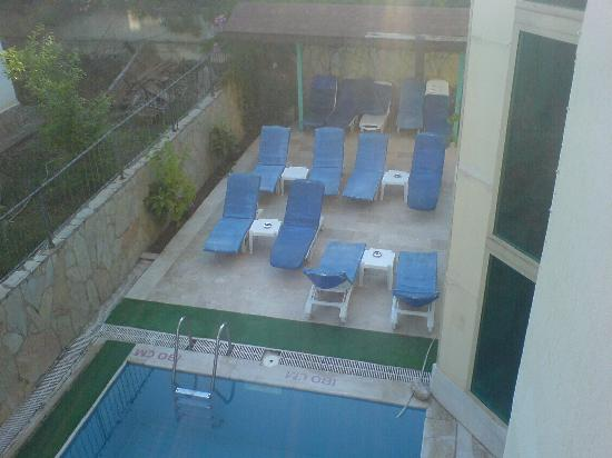 Angora Hotel: Old, tatty sunloungers in a dirty area