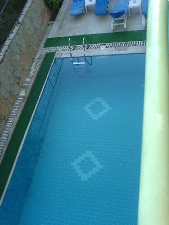 Angora Hotel: The massive pool!!!!!  Note the broken pieces of drain around the edge of the pool.