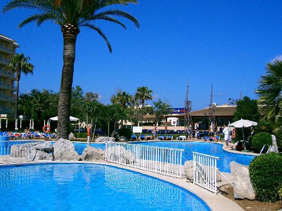 BQ Alcudia Sun Village: Hotel pool and bar