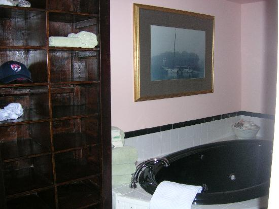 Lazy Jack Inn on Dogwood Harbor: Jacuzzi in the Nellie Byrd suite