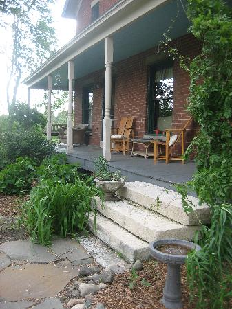 Tryon Farm Guest House B&B: The Front Porch