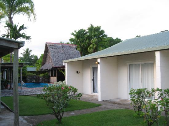 Kosrae Nautilus Resort: Rooms and the pool area.