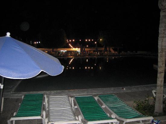 Babalu Apartments: pool bar at night