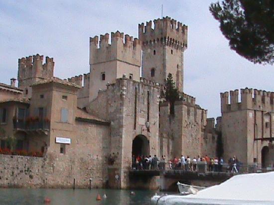 Hotel Desiree Sirmione: entry to Sirmione thru castle