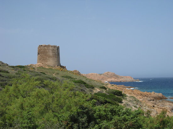 Isola Rossa, Italie : Aragonese tower and coastline