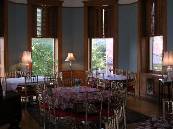 Graceland Inn & Conference Center: One of the dining areas