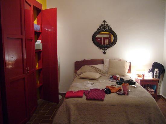 El Zopilote Mojado: Amarillo Room interior