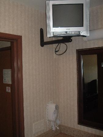 Comfort Inn & Suites Madison North: TV in bathroom