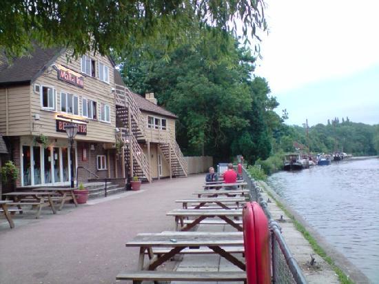 Premier Inn Maidstone (Sandling) Hotel: Riverside setting for  Beefeater adjacent to Premier Inn