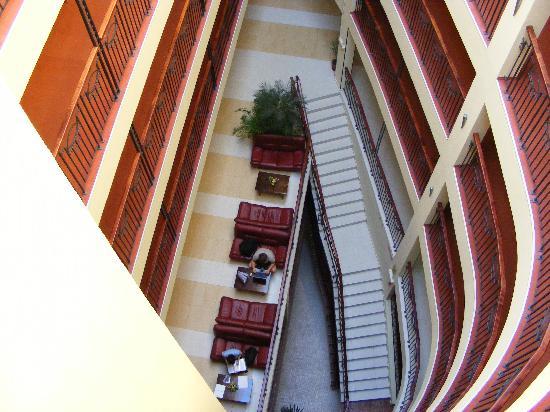 Kristal Hotel: les chambres qui donnent sur le bar...