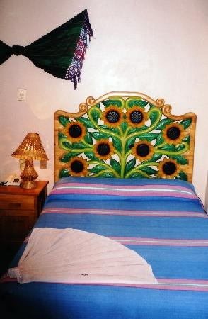 Huatulco Bed and Breakfast : Carved headboards