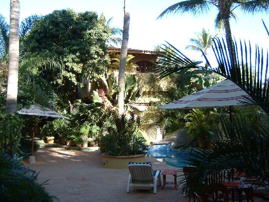 Roberto's Bungalows: view of courtyard