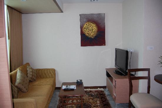 Adelphi Suites Bangkok: Living area