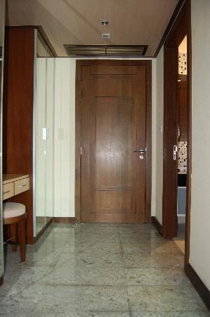 Adelphi Suites Bangkok: Door and entrance-way to bedroom
