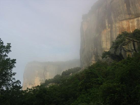 Auberge des Seguins : The rockwalls surrounding the hotel
