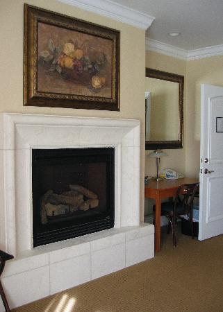 Atherton Inn : fire place in the merlot