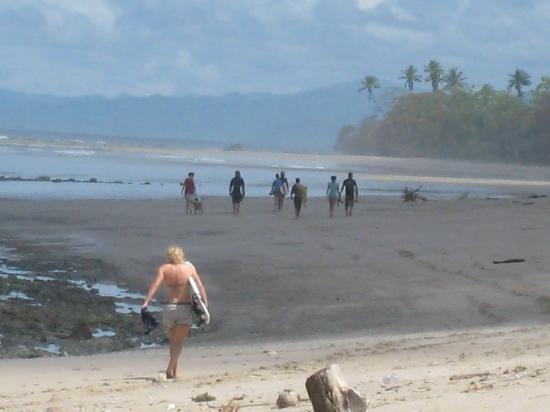 Zopilote Surfcamp: Surfers walking down to beach