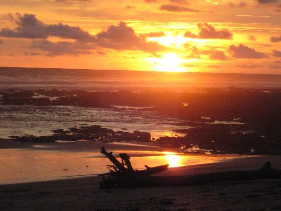 Mal Pais, Costa Rica : Sunset from camp beach