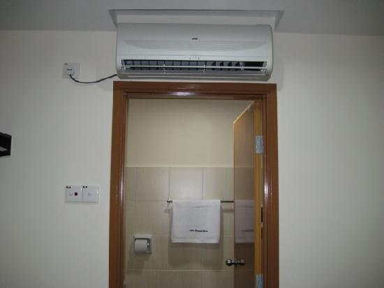 Taman Molek, Malesia: Airconalso new, looks like I am the first one using it
