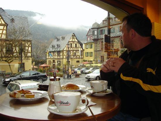 Oberwesel, Almanya: View from bakery of the town square and WW