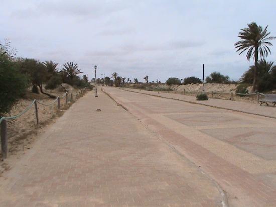 "Iberostar Mehari Djerba: ""la route ""qui partage la plage de l'hotel"