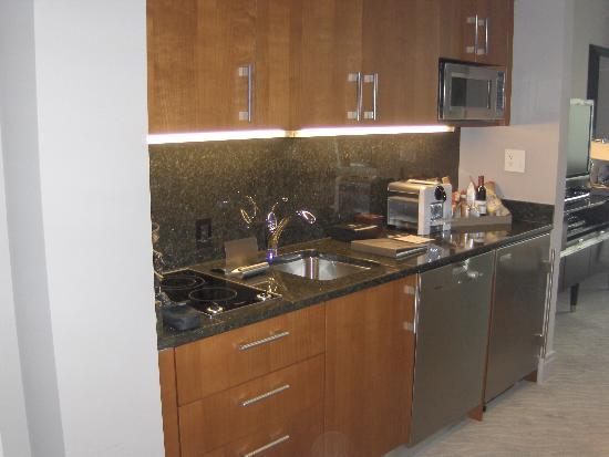 Trump International Hotel & Tower Chicago: Fully stocked mini kitchen