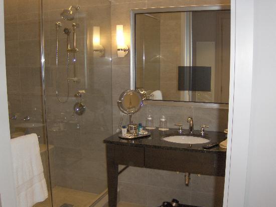 Trump International Hotel & Tower Chicago: Beautiful bathroom