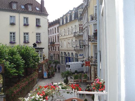 Hotel zum Goldenen Lowen: The view from the balcony at Alte Laterne across the square