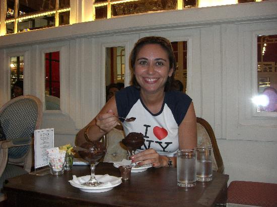 MarieBelle Cacao Bar and Tea Salon: Tomando mi helado de chocolate spicy