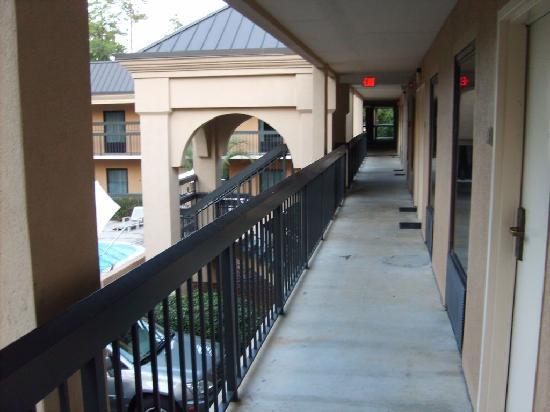Clarion Inn & Suites : Walkway