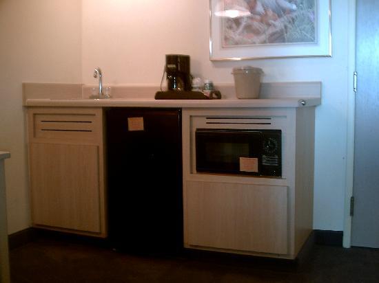 Quality Suites: Kitchen2