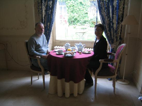 Chateau de Meyrargues: An elegant breakfast, though costly, in their dining room