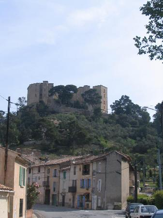 Chateau de Meyrargues: The chateau from the village below
