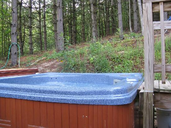Broadwing Farm Cabins: Hot tub on private patio