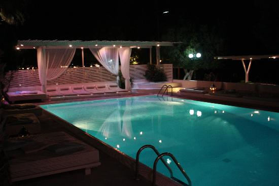 Bellonias Villas: View of the pool from the bar area