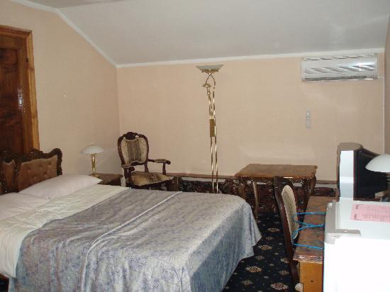 Club 27 Hotel : côté fenêtre avec luminaire d'environ 1m80