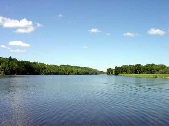 Super 8 Parry Sound: lake front