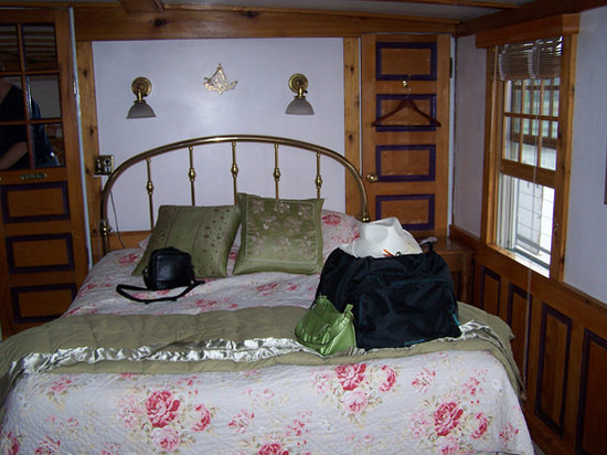 Covington Inn: Our brass bed in the Master's Quarters