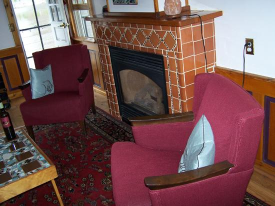 Covington Inn: Our sitting area by the fireplace