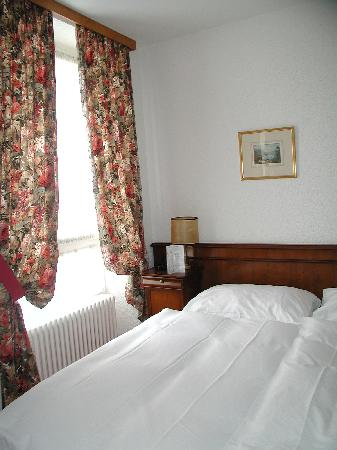 Hotel du Boulevard: Room is clean, decoration is dated